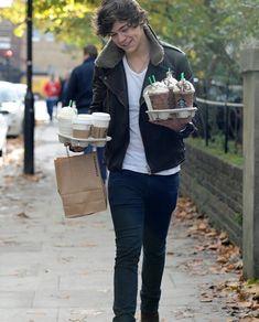 Harry in Kensington. Holmes Chapel, My Starbucks, Cosmetic Shop, Harry Styles Photos, Treat People With Kindness, Barbara Palvin, Harry Edward Styles, Celebs, Celebrities
