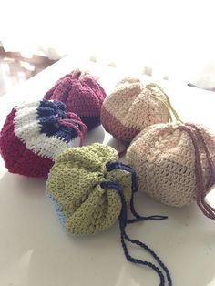 かぎ針で編んだ、まんまるの巾着袋です。 色合わせを楽しんで作ってみました。