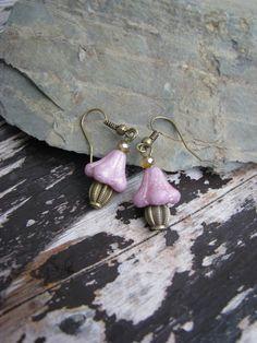 Zvonky růžové Náušnice se skládají ze skleněných zvonků v růžovébarvě, kov. komponentů v bronzové barvě a korálků.
