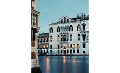 Le marchand d'art belge Axel Vervoordt a eu le coup de foudre pour cet appartement vénitien, en retrait du Grand Canal.  Il en a préservé la beauté délicate en le peuplant d'objets et d'œuvres choisis avec goût. Pour y vivre en toute douceur.