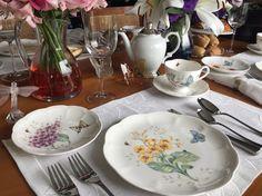 Com a porcelana de borboletas e flores, preparei uma mesa de café da manhã com muitas flores coloridas em jarras de cristal, vem conferir!