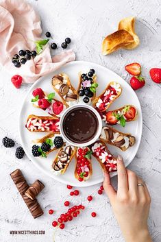 Sweet tacos: mini tacos made from tortilla wraps with fruit - nicest things - Sweet Tacos Sweet Tacos Mini Tacos Sweet Tacos with Fruit Recipe Party Recipes Finger Food - Mini Tacos, Tortilla Wraps, Sweet Taco, Double Chocolate Brownies, Hamburger Meat Recipes, Party Finger Foods, Snacks, Fruit Recipes, Diy Food