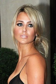 Classify wife of England football captain Alex Gerrard