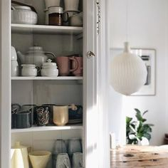 """~ K I T C H E N ~ I mit glasskab i køkkenet er en blandet landhandel. Gamle kopper - nye kopper - yndlingskopper -smukt formede kopper og arvekopper. Alle kopper bliver brugt, og der er altid plads til en kop til😉Indholdet i glasskabet er det eneste sted, som endnu er gået fri i forhold til den sortering og oprydning, som jeg er i fuld gang med efter at have læst """"Den lille guide til minimalisme"""". Mit tøjskab har dog fået endnu en sorteringstur. Første gang røg der seks sække videre. Denne…"""
