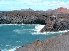 Gestold lava als kustlijn op Lanzarote