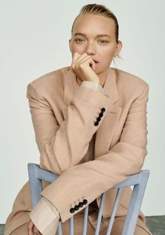 Gemma Ward graces the pages of Unconditional Magazine's spring-summer 2018 issue. Photographer Alexandra Nataf captures the Aussie beauty in relaxed suiting for… Fashion Poses, Suit Fashion, Fashion Shoot, Editorial Fashion, Fashion Portraits, Fashion Trends, Gemma Ward, Fashion Photography Inspiration, Photoshoot Inspiration