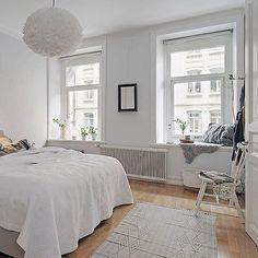 Lovely spaceous bedroom at Prinsgatan 6A, styled by @heymanbacklund  #alvhem #alvhemmakleri #heymanbacklund #linné