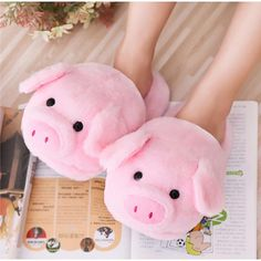 Winter Pink pig home slippers women's warm cotton drag plush.-Winter Pink pig home slippers women's warm cotton drag plush head mute non-slip slippers - Cute Slippers, Crocheted Slippers, Bear Slippers, Felted Slippers, Cooler Look, Cute Pigs, Fluffy Animals, Baby Animals, Little Pigs