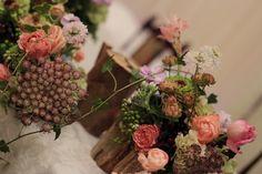 秋の装花 東京會館さまへ お父様の丸太と、キャンドルと一緒に : 一会 ウエディングの花