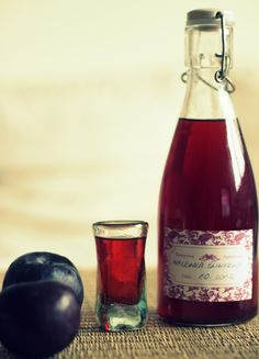 Jesień mija nam zdecydowanie pod znakiem nalewek. Mamy już malinową, aroniową, żurawinową, pigwową, czekamy na farmaceutów. Mamy też śliwko... Irish Cream, Dessert, Mojito, Sangria, Red Wine, Whiskey, Smoothie, Drinking, Alcoholic Drinks