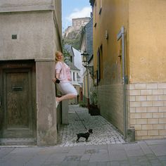 Passanten (Passers-By by Ivo Mayr Levitation Photography, Photography Classes, People Photography, Pictures Of People, Cool Pictures, Forced Perspective, Sign Image, Defying Gravity, Anti Gravity