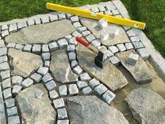 Idee giardino fai da te aiuola con sassi o blocchi - Vialetto giardino economico ...