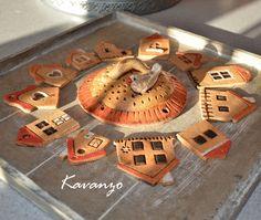 Komponenty na zvonkohru Tři domečky mají dírku nahoře i dole, ostatní jen nahoře, stříška má průměr 13 cm a 5 dírek na zavěšení cingrlátek :-). Cena za komplet. Clay Houses, Ceramic Houses, Art Houses, House Made, Little Houses, Home Art, Polymer Clay, Holiday Decor, Crafts