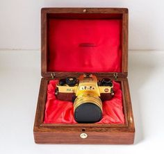 Displayed in the Collectors Corner at the Leica Store Fullerton is the LEICA R6.2 July 1 1997 Hong Kong Commemorative Gold Edition. The camera is engraved with the Hong Kong skyline and comes with a matching gold-plated Summicron-R 2/50mm lens stored in a custom gold etched wooden box. This rare edition is available for purchase (at the time of publication.) . #LeicaCollectorsCorner #CelebrationOfPhotography #LeicaGalerieSG . . . . #Leica #LeicaCamera #LeicaSG #LeicaStoreSG…