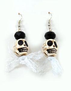 €9,00 Σκουλαρίκια με κοκάλινες νεκροκεφαλές,φιόγκο από τούλι και γυάλινη χάντρα. Jewelry Ideas, Drop Earrings, Drop Earring