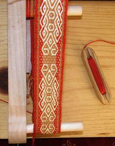 pebble weave knots on inkle loom – 2019 - Weaving ideas Inkle Weaving, Inkle Loom, Card Weaving, Tablet Weaving, Weaving Textiles, Weaving Patterns, Weaving Projects, Weaving Techniques, Fiber Art