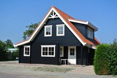 Finnhouse 3680 Domburg Loghouse met mooie kleuren! House Siding, Facade House, Exterior Paint Colors For House, House Colors, Foster House, Home Exterior Makeover, Dark House, Tiny House Cabin, Red Roof