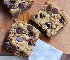 GOOEY CHOCOLATE CHIP PEANUT BUTTER BARS - Crazy addictive recipe... like the lovechild of a chocolate chip cookie and a Reeses peanut butter cup! Recipe link: http://chocolatecoveredkatie.com/2015/03/18/chocolate-chip-peanut-butter-bars/