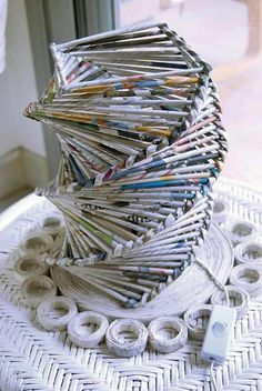 Lampara hecha de papel de periódico. Lamp made of newspaper