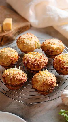Muffin Recipes, Baking Recipes, Garlic Bread Recipes, Cheesy Garlic Bread, Savory Muffins, Baking Muffins, Bread Baking, Tasty, Yummy Food