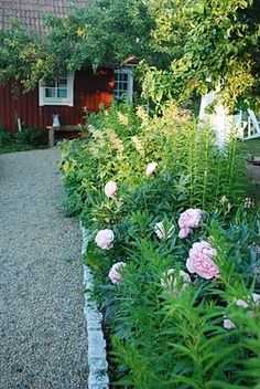 Garden Tips .Garden Tips Rock Garden Design, Love Garden, Dream Garden, Garden Tips, Red Houses, Garden Borders, Interior Exterior, Garden Inspiration, Beautiful Gardens