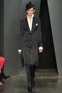 Атласный женский костюм в стиле денди Donna Karan.