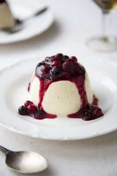 Panna Cotta with Boozy Berries.A real treat and easier to make than you might… Fancy Desserts, Italian Desserts, Köstliche Desserts, Delicious Desserts, Dessert Recipes, Yummy Food, Plated Desserts, Nutella, Sweet Recipes