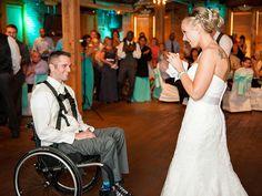 Η πιο ωραία έκπληξη ever: «Σηκώνεται» από το αναπηρικό καροτσάκι και της χαρίζει τον πρώτο χορό στο γάμο τους