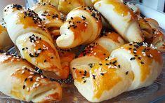 Puf Puf Poğaça zijn heerlijke, luchtige en zachte broodjes die je naar wens kunt vullen. Je kunt ze uiteraard ook een andere vorm geven! De meest populaire manier is een vulling van fetakaas, peterselie, zout en peper. De broodjes besmeer je met de eidooiers en bestrooi je met sesamzaad