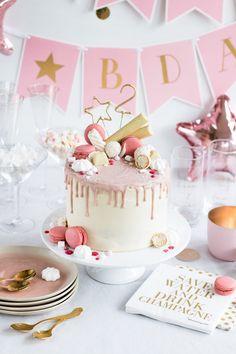 Candy Drip Cake – Geburtstagstorte mit Himbeer Curd Candy Drip Cake Geburtstagstorte mit Himbeeren & Kokos The post Candy Drip Cake – Geburtstagstorte mit Himbeer Curd appeared first on Dekoration. Drip Cakes, Bolo Drip Cake, Nake Cake, Cake Trends, Cake Table, Cake Designs, Cake Pops, Vanilla Cake, Raspberry