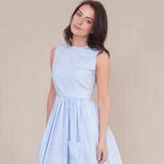 Vintage inspiriert Kleid ärmellos ausgestattete Mieder mit rundem Halsausschnitt. Die Rock ist an der Taille mit 2 großen Taschen an der Front gesammelt. Handgefertigt aus 100 % Baumwolle blau und weiß gestreiften Stoff, das Mieder ist mit einer schlicht weiß aus 100 % Baumwolle ausgekleidet und ein verdeckter Zip-Verschluss ist über den Rücken. Das Kleid ist von Taille bis Saum ca. 24 Zoll und kann geändert werden, um es kürzer oder länger, für einen geringen Aufpreis machen bitte Nachricht…