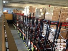 REF. P3173 - Nave logística situada en Santa Perpètua de Mogoda con una superficie total de 2.522m² divididos en 2.000m² en planta baja, 261m² en planta primera y 261m² en planta altillo.   Dispone de 10 muelles de carga de los cuales 4 son operativos para tráiler, puerta TIR, rampa de acceso, depósito de 20.000l, estanterías semi-automatizadas, aseos y vestuarios, cubierta tipo sandwich, zona de oficinas acondicionadas, ascensor y gran patio perimetral de 2.497m².