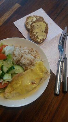 Meiän perheen tän hetken  lemppareita: kanaa 3-juustokermassa ja riisiä. Kyytipoikana salaattia ja tuoreita sämpylöitä