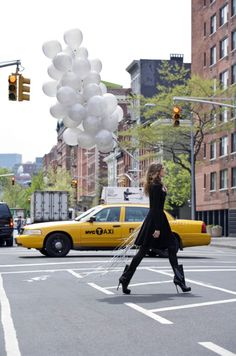 City Chic while carrying balloons. Everything is possible in NYC. New York Taxi, Go To New York, New York City, John Keats, Reason To Breathe, Empire State Of Mind, I Love Nyc, Foto Pose, City Girl