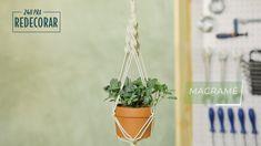 Aprenda como criar uma decoração incrível gastando pouco. Uma dica bacana pra ajudar na decoração da sua casa é investir em decoração com plantas. É fácil: crie uma porta-vasos de macramê pra deixar seus arranjos ainda mais bonitos. Metal Plant Hangers, Wall Plant Hanger, Macrame Plant Holder, Plant Holders, Diys, Macrame Owl, Macrame Tutorial, Diy And Crafts, Plants