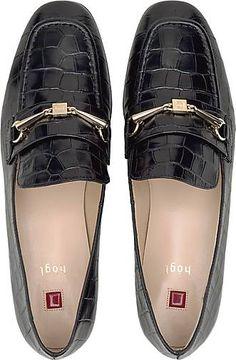 Klassisches Loafer-Design mit goldfarbenem Schmuck-Detail, das die typische Spange ziert: Die schwarzen Slipper von Högl sind mit glänzendem Leder, geprägtem Kroko-Look, flachem Blockabsatz und eleganter Silhouette bereit für einen schicken Auftritt. Men Dress, Dress Shoes, Wilde, Elegant, Sneaker, Oxford Shoes, Slippers, Loafers, Silhouette