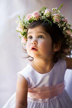une belle couronne de fleur pour ses cheveux elle est trop jolie cette petite choupette avec sa couronne de fleurs tout en roses et waks !!!!