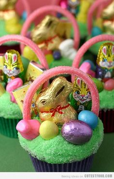 How to make easy Easter desserts that are perfect treats to serve your family on Easter Sunday. These Easter dessert recipes include Easter cakes, cupcakes, cookies, and yummy Easter treats like recipes for kids and baking recipes. Your family and friend… Hoppy Easter, Easter Bunny, Easter Eggs, Easter Food, Fairy Cakes, Decoration Patisserie, Cupcakes Decorados, Desserts Ostern, Easter Cupcakes