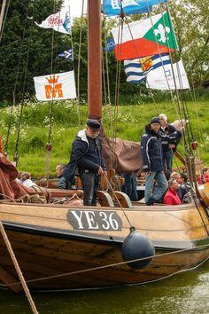 """Foto via het Visserijmuseum Woudrichem. Bedrijvigheid tijdens het 25-jarig jubileum van """"Stichting Behoud de Hoogaars"""" 16 mei - Arnemuiden - Hoogaars YE 36 : de Andries Jacob"""
