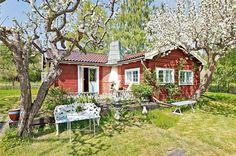 Swedish summer house dream, so sweet it gives me a tooth ache. Pic taken from http://www2.bjurfors.se/Bostad/Stockholm/Ekero/Stenhamra---Alvikens-Gardsvag-131/