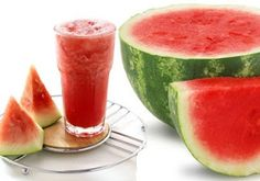 Watermelon Fruit benefits Watermelon (Citrullus lanatus) is believed to vines originating from desert regions in South Africa. Watermelon has a rath. Healthy Juice Drinks, Healthy Juices, Healthy Snacks, Healthy Recipes, Cooking Recipes, Watermelon Health Benefits, Fruit Benefits, Watermelon Shake, Fruit Nutrition