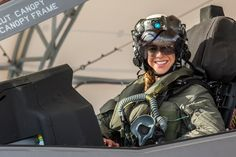 Anneliese Satz becomes first female Marine to pilot fighter jet - Fighter Jets World Female Marines, Female Pilot, Female Soldier, Jet Fighter Pilot, Fighter Jets, Joining The Marines, Naval Aviator, Military Women, Military Female