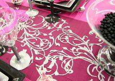 """Délicatement pailleté, le chemin de table """"Orient"""" est très élégant. Réalisé en organdi noir, il est décoré de motifs argentés."""