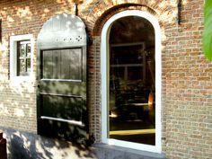 Kozijn met vast glas in oorspronkelijke deuropening, luik tegen gevel Wood Interior Design, Interior Decorating, Belgian Style, Shutter Doors, Iron Doors, Window Frames, Future House, Modern Farmhouse, New Homes
