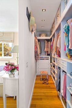 インテリア/リビング>> Un dormitorio de estilo romántico con vestidor en 2020 Wardrobe Room, Wardrobe Design Bedroom, Girl Bedroom Designs, Room Ideas Bedroom, Closet Bedroom, Diy Bedroom Decor, Wall Of Closets, Small Bedroom With Wardrobe, Master Bedroom