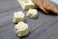 Diese Pralinen aus weißer Schokolade gefüllt mit Spekulatius hat alle geschmacklich alle überzeugt. Du brauchst nur 2 Zutaten und 10 Minuten Zeit.