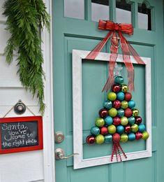 рождественский венок из белой деревянной рамки и цветных шаров
