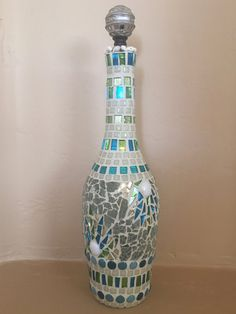 Mosaic Wine Bottle - Diy How to Crafts Wine Bottle Images, Wine Bottle Covers, Wine Bottle Art, Bottle Bottle, Bottle Stoppers, Recycled Glass Bottles, Glass Bottle Crafts, Painted Wine Bottles, Decorated Bottles