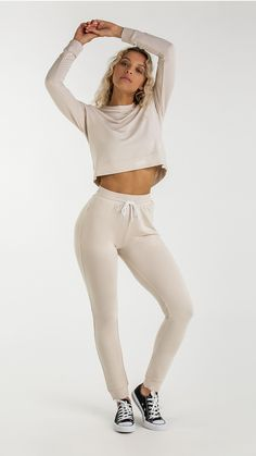 So indescribably soft, you won't want to take them off. The women's Solace Bottoms are made from a fabric like no other – when you feel it, you'll know. With a high waisted fit, part-ribbed cuffs and elasticated waistband, subtle style meets superior comfort.Pair with the Solace Sweater for the co-ordinated look, or with your favourite Gymshark top for an unbeatable combination of comfort and effortless cool. Complete with concealed zip pockets, glute enhancing seams and contrast draw cord.