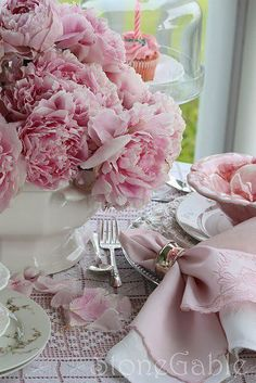 Pink Peony Tablescape ~Notice the cloche or domed cake stand with the single cupcake ! Love the peonies, just love them in this pink setting. Pink Peonies, Pink Flowers, Pink Carnations, Pink Hydrangea, Colorful Roses, Pink Petals, Tout Rose, Shabby Chic, Autumn Table